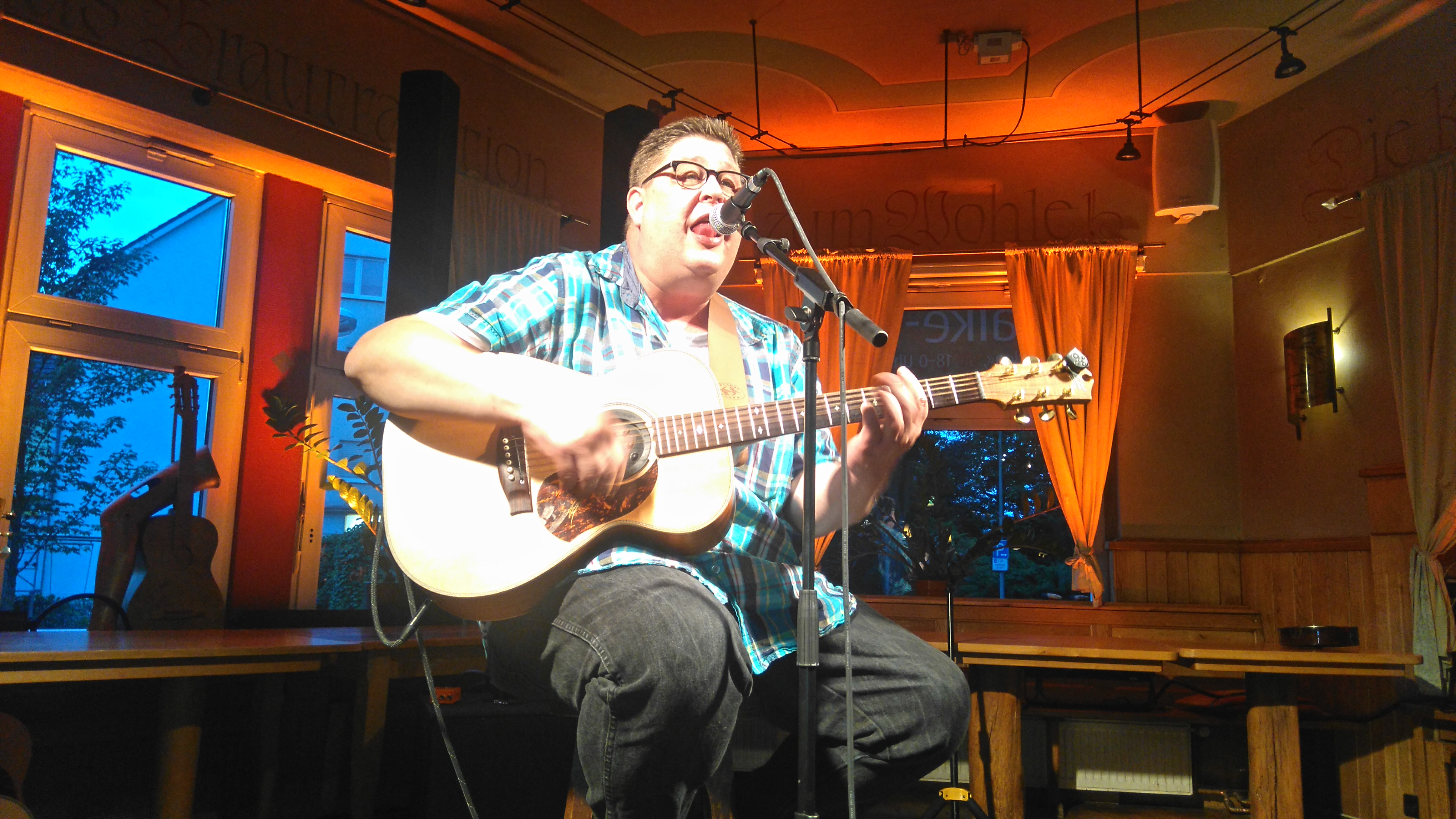 Der Braunschweiger Liedermacher Arne Kleemann spielt zum Kulturstammtisch in Halberstadt in der Kulturwirtschaft papermoon