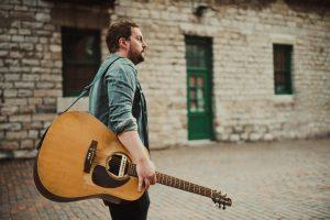 Der kanadische Singer/Songwriter Rob Moir spielt auf Einladung der Kulturmanufaktur Halberstadt e.V. im Halberstädter papermoon
