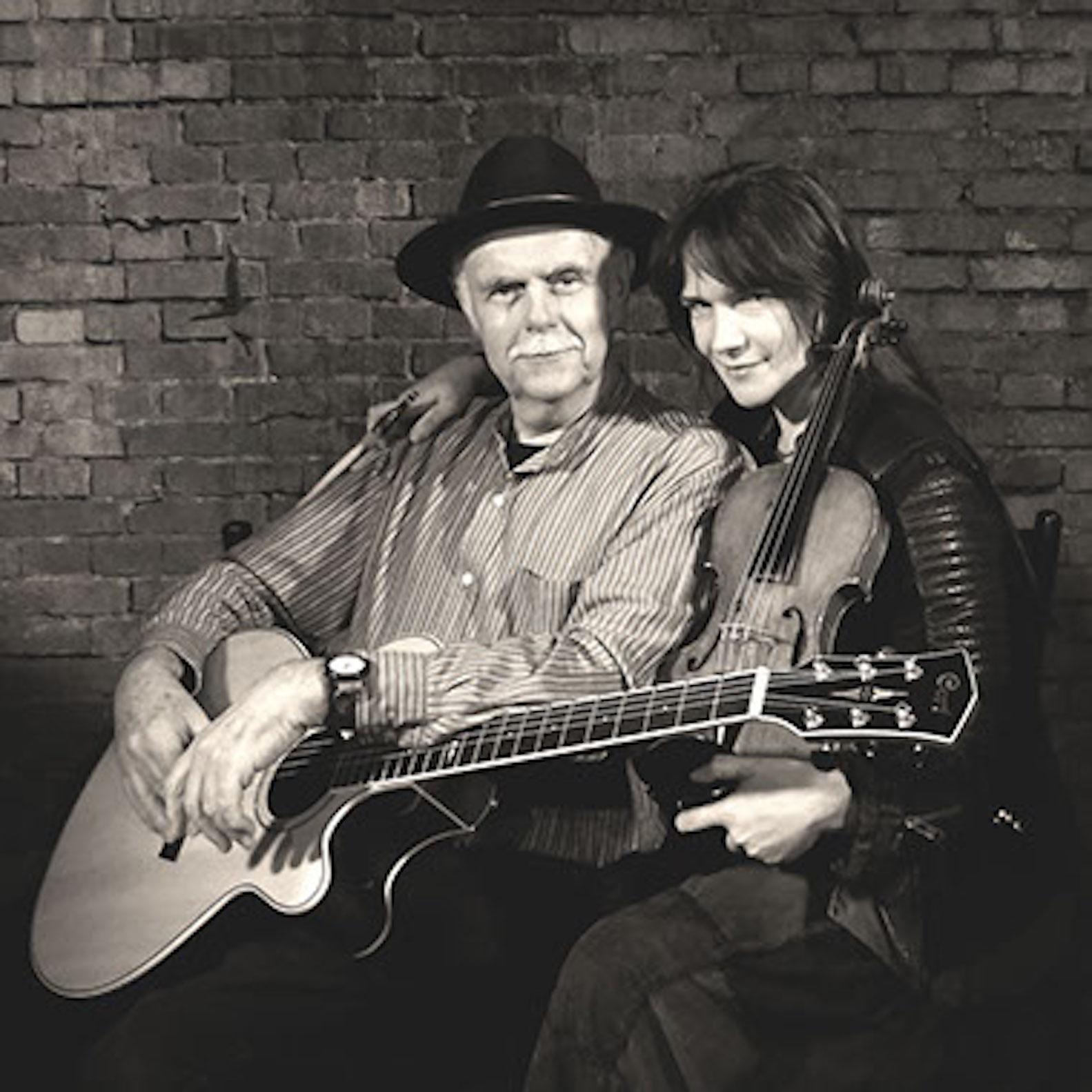 Der britische Blues-Musiker Dave Peabody und die Bremer Fiddlerin Regina Mudrich spielen auf Einladung der Kulturmanufaktur Halberstadt e.V. im papermoon